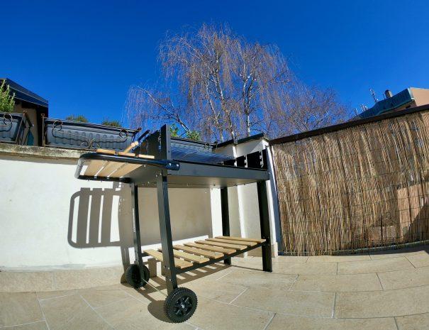 Terrazzo con griglia al Travellers' Loft a Varese